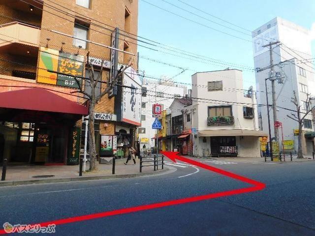 一つ目の角(2軒目の『がんこ寿司』がある)を左折