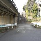 3)さらに先ほどの階段から離れた場所。左上に国道246号線の高架、右上に東名高速道路の高架
