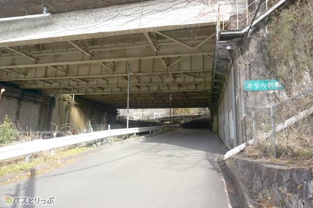 4)西平畑公園へは、東名高速道路の高架をくぐり、山側に向かって上ります