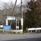 5)上ると十字路があり、「まつだ桜まつり」「松田山ハーブ館」方面を目指して右折