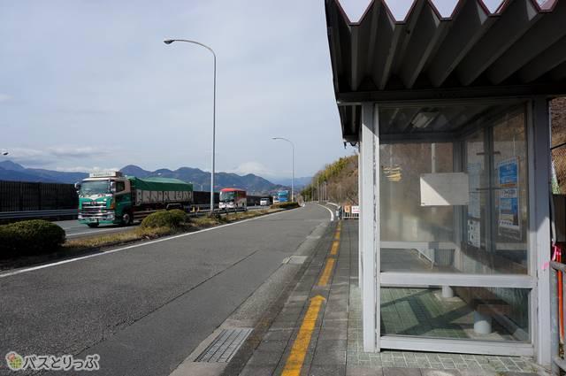 東名松田・上り線バス停からは遠くに富士山が見える