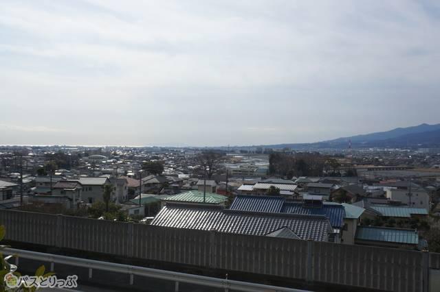 東名松田・上り線バス停あたりから見た眺め。市街地の2階建ての民家よりも高い場所にバス停はある