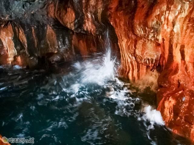波の引き際に水が吹き上がる「潮吹き岩」(白浜海中展望塔・三段壁)
