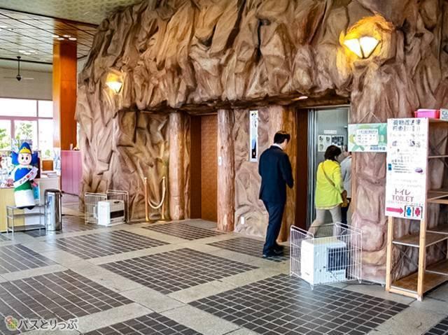 料金1300円を払ってエレベーターに乗り込みます(白浜海中展望塔・三段壁)