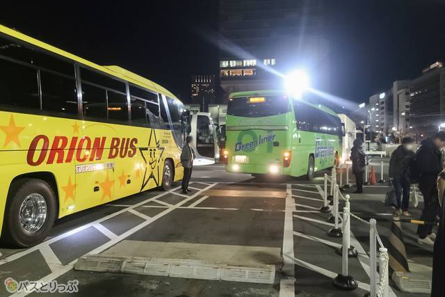 たくさんのバスが出発するため、自分の乗るバスがやってくると、嬉しくなります