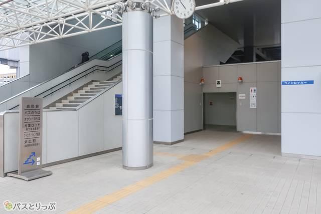 トイレは駅に向かって立つと右側になります