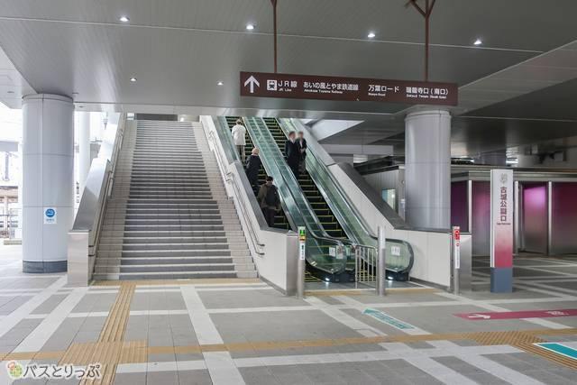駅に向かって立つと、右にトイレとロッカー、左に喫煙所が見えます