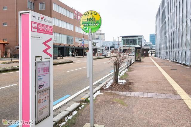 バス乗り場から駅の方面を見るとこうなっています