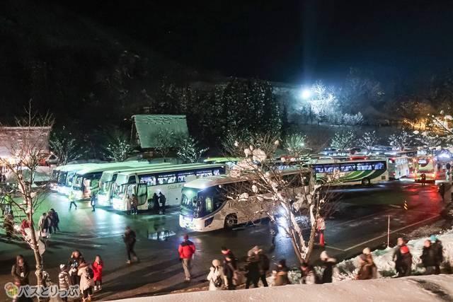 これがツアーバスの駐車場です。バスの量がスゴイ!