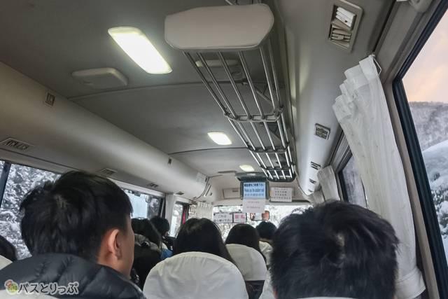 シャトルバスの中では、ライトアップの時間や、譲り合いのお願い、徒歩での下山時間のアナウンスなどが