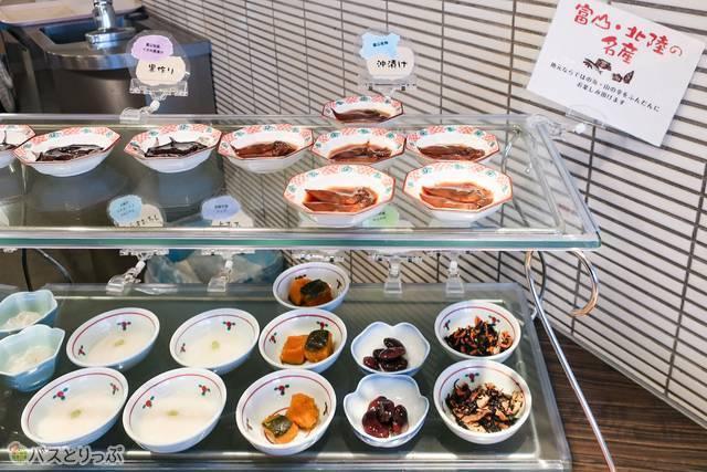 この日は、ほたるいかの沖漬け、黒作り、いか刺身、さす昆布〆、鱒寿司と富山づくし! 朝から日本酒が呑みたくなってきますよ…