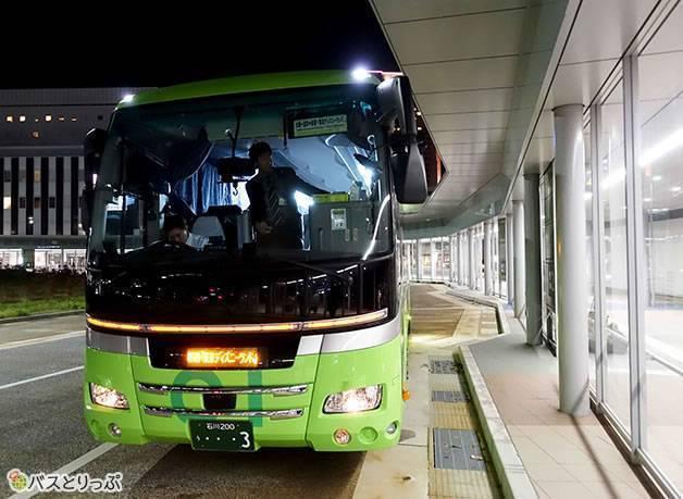 暗い場所でもよくわかる車体(グリーンライナー号で金沢から東京へ 無料Wi-Fiと3列独立シートで快適な夜行バスの旅)