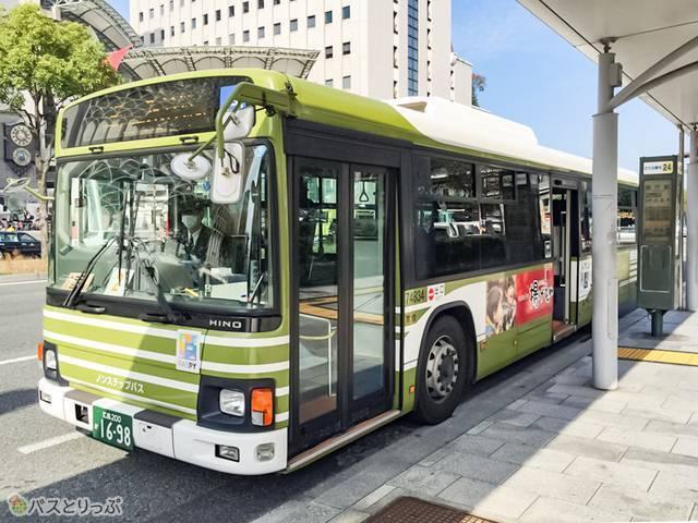 オリーブグリーンのバス
