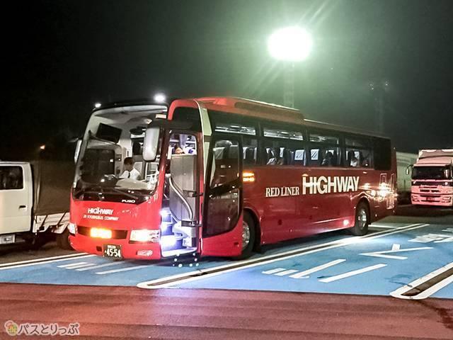 カープカラーの赤いバス
