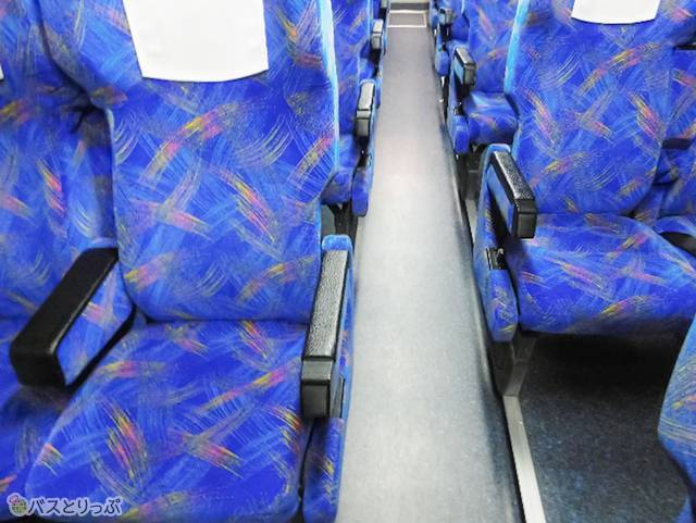 座席は前後にズラして配置