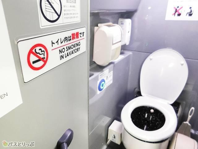 座席後方にはトイレあり
