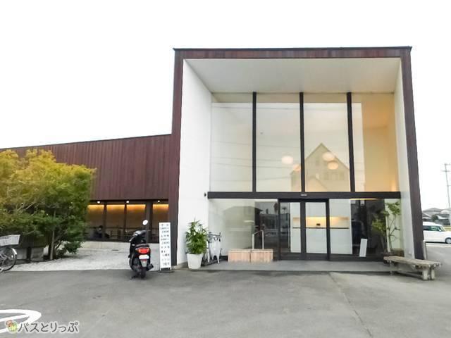 「仏生山温泉 天平湯」はデザイナーの手がけたモダンな建物