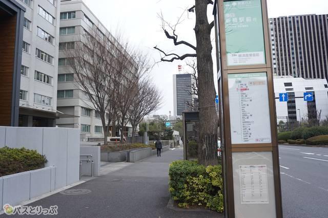 霞が関バス停。車道の進行方向に沿って進むと日比谷公園。歩ける距離ですが新橋駅行きの路線バスはここから乗車可能