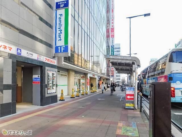 地上入口は「大阪(伊丹)空港行きバス乗り場」の目の前