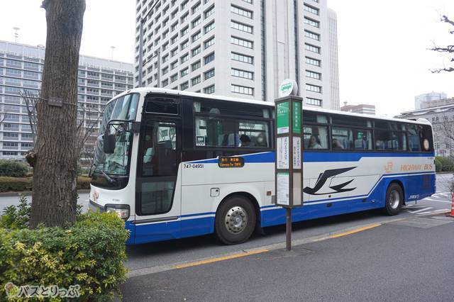 降車専用バス停「霞が関」に到着した東名号