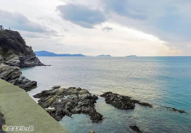 沖に島々の影。雄大な海が広がります