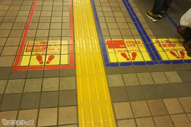 列ごとに行き先が異なるのりばもあるので、列に並ぶ際には注意が必要(編)