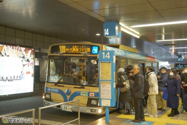 14番のりばは、横浜市内の路線バスも発着している(編)