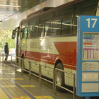17番のりばからは東京ディズニーリゾートへ向かうバス便が多く、乗車する人も多い(編)