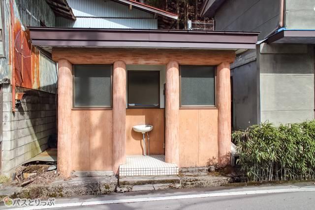 公衆トイレ(四万温泉の足湯と外湯で温泉三昧)