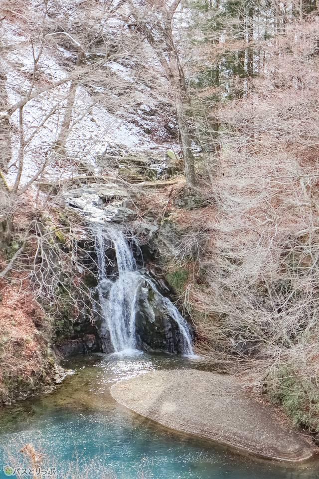 甌穴への道中、桃太郎の滝があります。(四万温泉・レトロな散策)