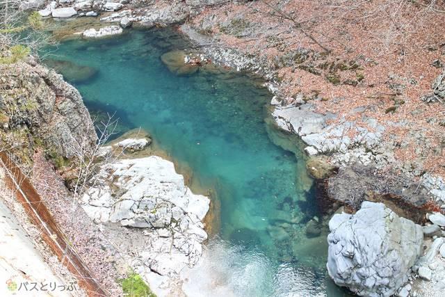 水がキレイな四万川。澄んだ気持ちになりますね(四万温泉・レトロな散策)