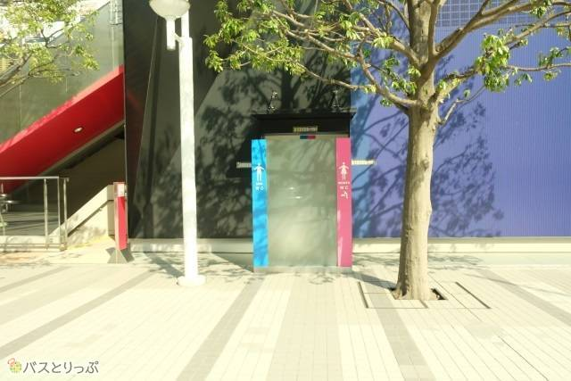 道を挟んで東京ドームホテルの斜め向かいあたりにトイレがあります