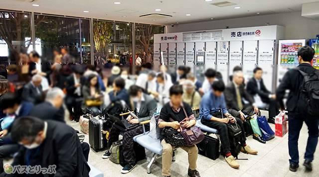いろいろなバスがあるので待合室は混雑(プレミアムドリーム11号で東京から奈良へ 新幹線より便利な夜行バスの旅)