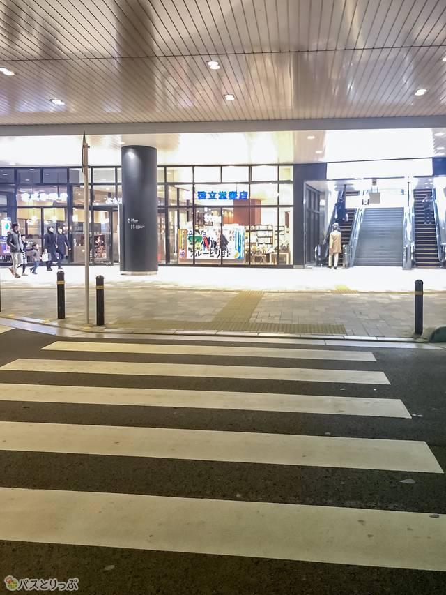 高速バス乗り場へ向かう横断歩道