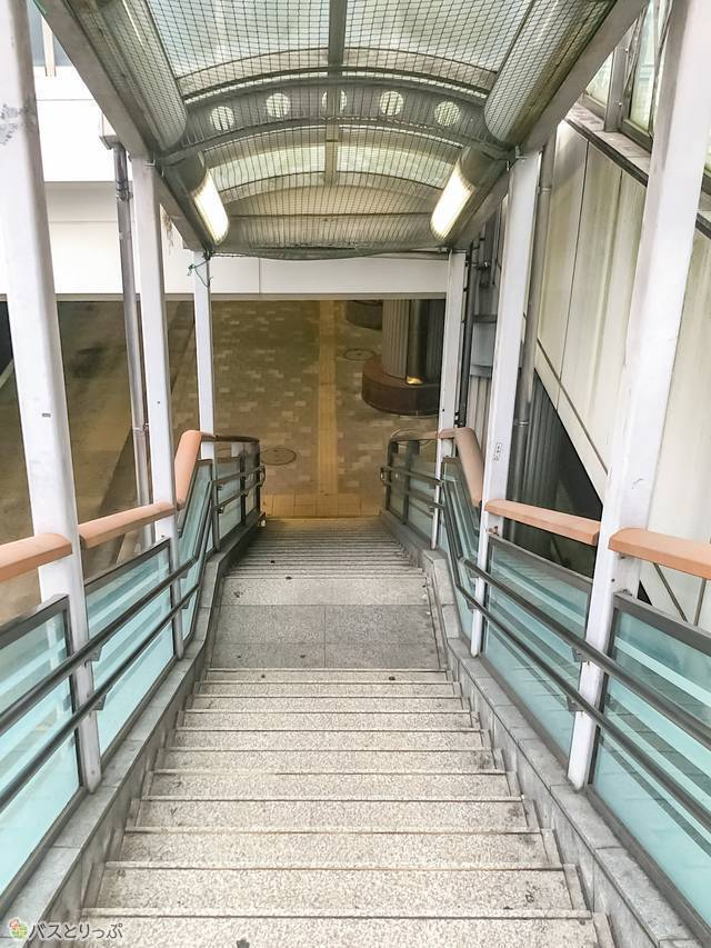 バス乗り場に向かって階段を降りていく