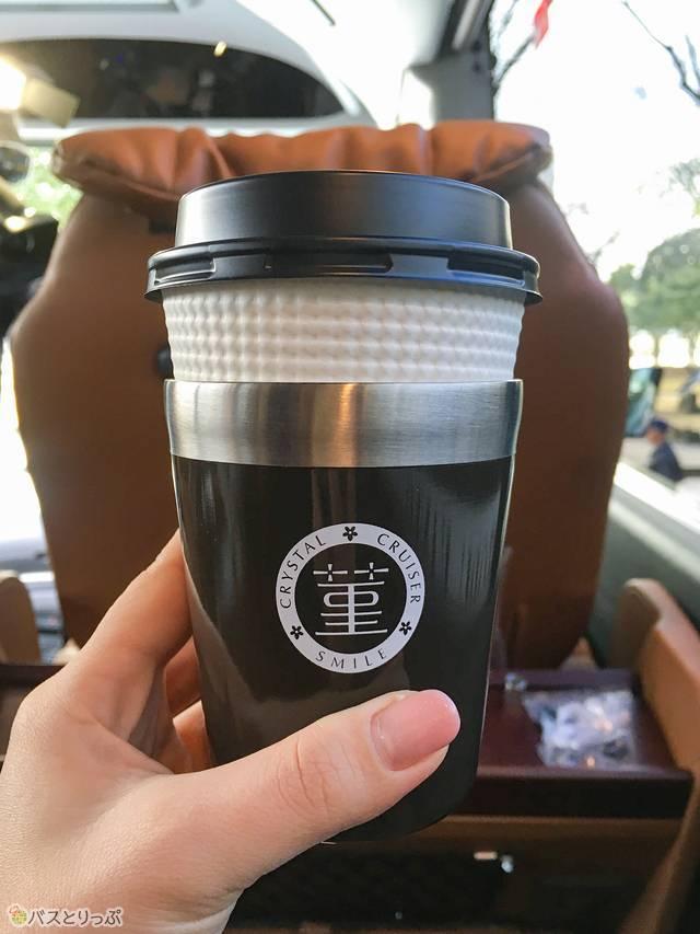 コーヒーは保温効果のあるもので提供されます