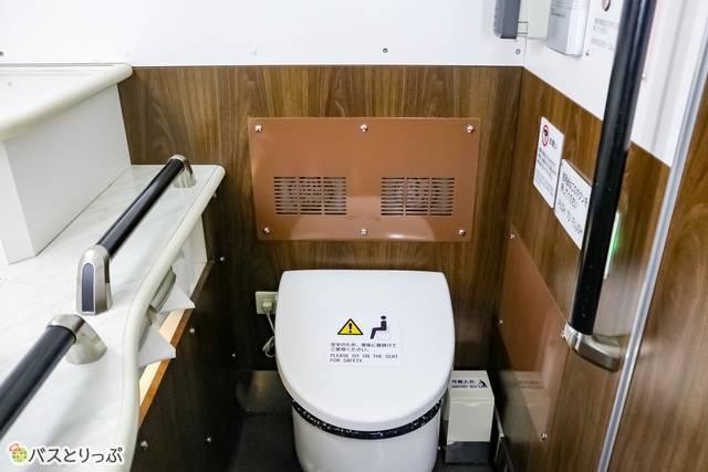 ホワイトと木目を基調としたきれいなトイレ