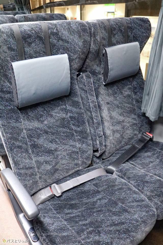 背もたれが高く、枕付きのシート