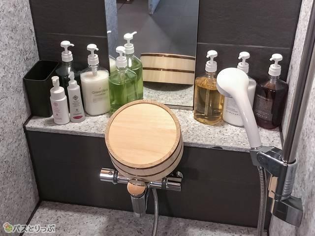洗い場にはシャンプーなどが完備