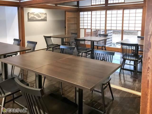 大人数で座れるテーブル席