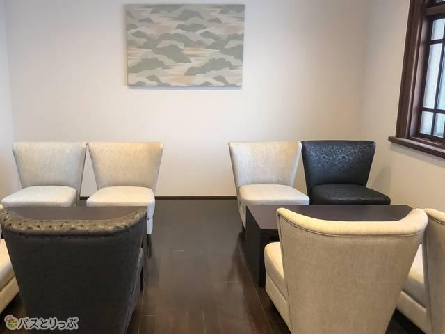ラウンジ内のソファ&テーブル