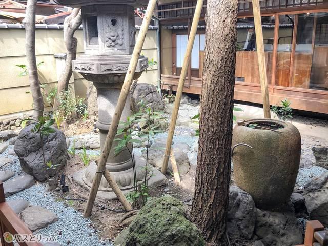 京町家ルーム「椿」近くの中庭