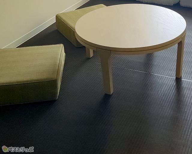 モダンルーム内のミニテーブル&クッション