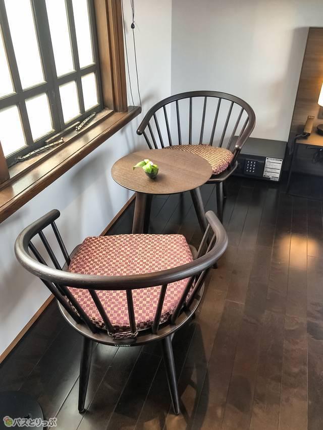 部屋の中にあるテーブル&椅子