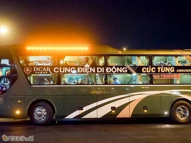 同型バスでくつろぐ乗客