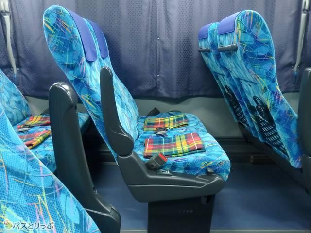 座席はシートを少し倒した状態になっている