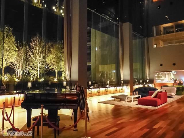ロビーではピアノ自動演奏あり。夜はライトアップされてインスタ映えも!