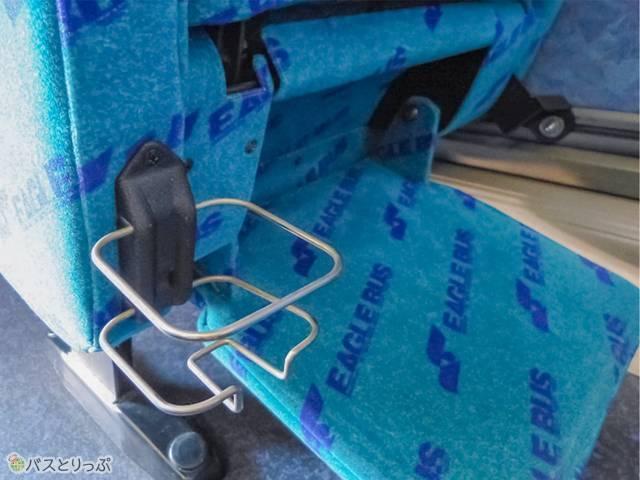カップホルダーは前座席の背面か足元に