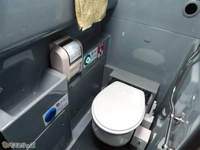 トイレはバスの中央、階段下に