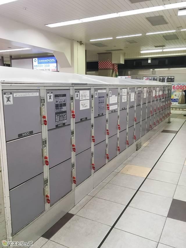 エレベーターの裏側にたくさんコインロッカーがあります
